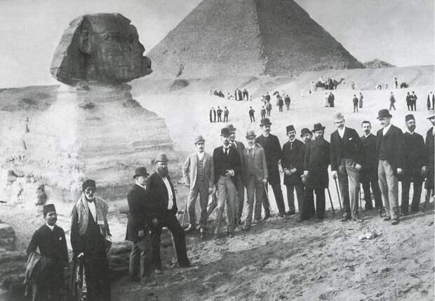 В Египте у пирамид