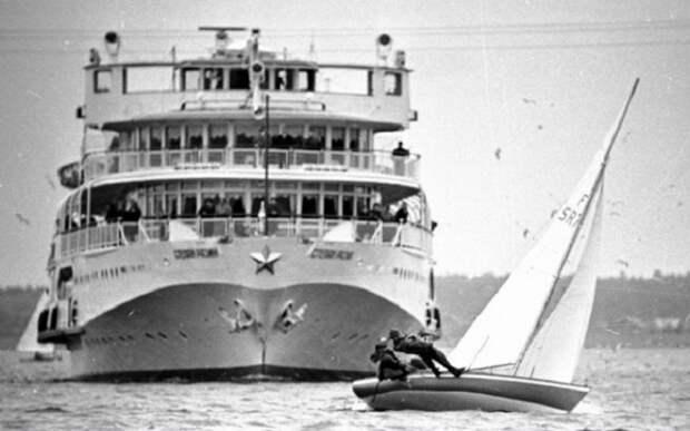 Оригинальный фотокадр большого судна и маленькой яхточки, которая встала у него на пути.