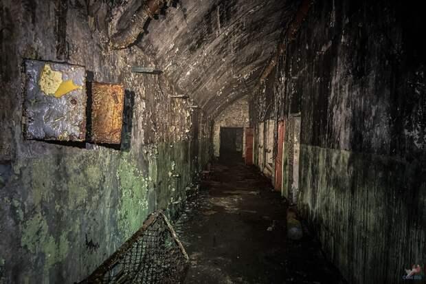 Арка в скале оказалась входом в заброшенный военный бункер с железной дорогой и электростанцией