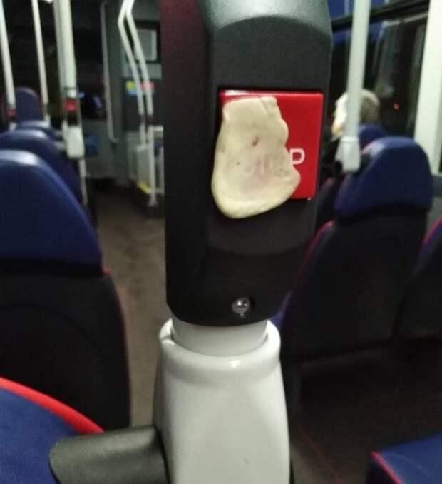 Жевачка на поручне в общественном транспорте