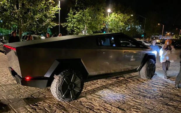 Илон Маск приехал с девушкой на вечеринку в новом пикапе Tesla