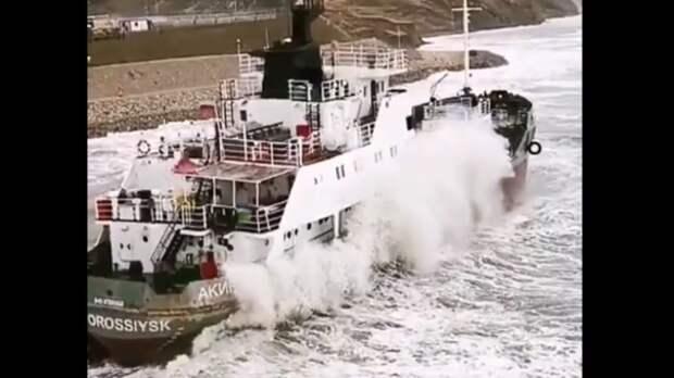 Возле Крымского моста судно «Акинси» село на мель