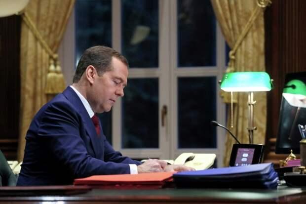 Дмитрий Медведев анонсировал отмену ещё 3,5 тысяч советских законов
