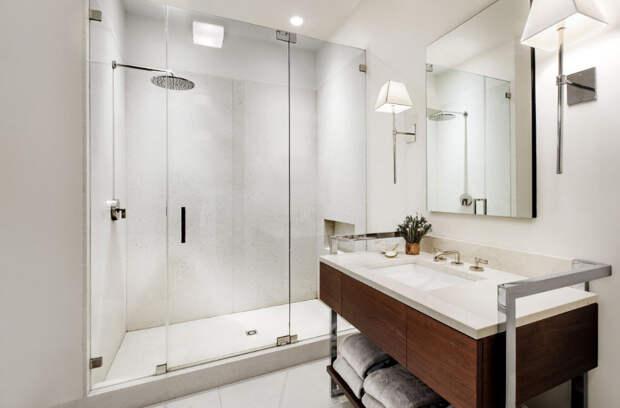 В белоснежной ванной комнате