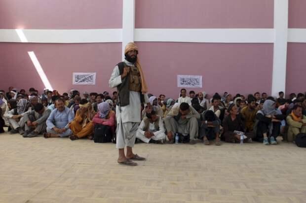 """На фото: афганские талибы * (движение """"Талибан"""" запрещено в РФ) взяли под контроль город Газни, административный центр одноименной провинции на западе Афганистана, 13 августа 2021 года."""