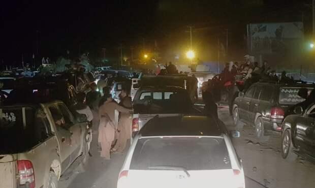 На фото: афганские военные и официальные лица покидают город Кандагар во время боев между талибами * и афганскими спецслужбами в Кандагаре, к юго-западу от Кабула, Афганистан, 12 августа 2021 года.