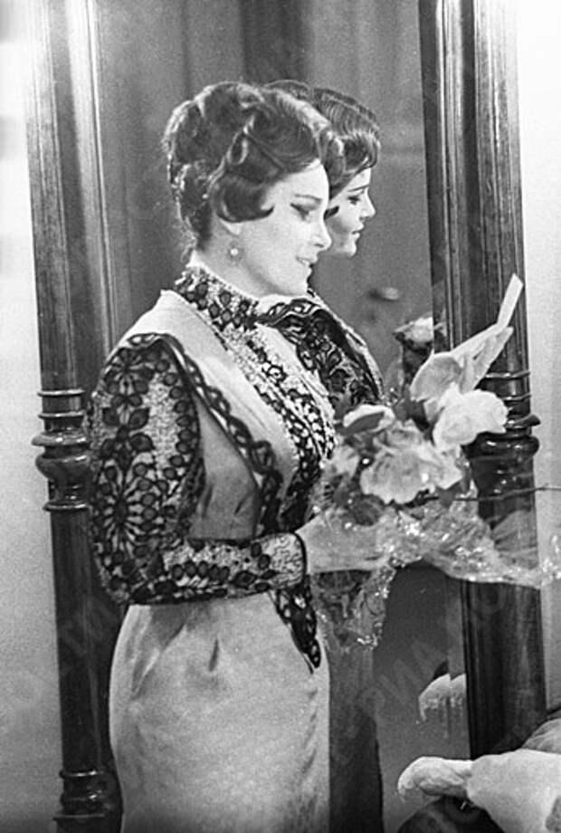 Элина Быстрицкая на сцене театра.