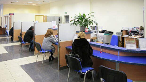 В Саратовской области пенсионерку принесли в банк на носилках