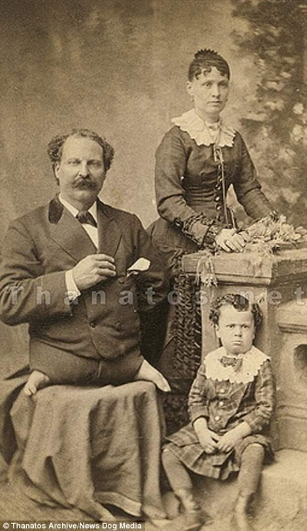 Эли Боуэн из Огайо, также известный как «Безногое чудо», со своей женой и явно чем-то недовольным ребенком, 1875 год деформация, люди