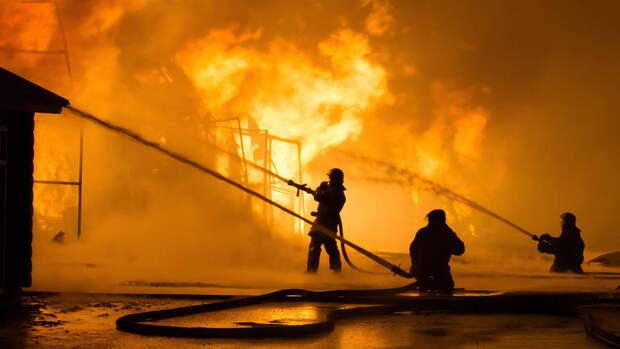 """Кровля частично обрушилась у горящего на 700 """"квадратах"""" склада в Москве"""
