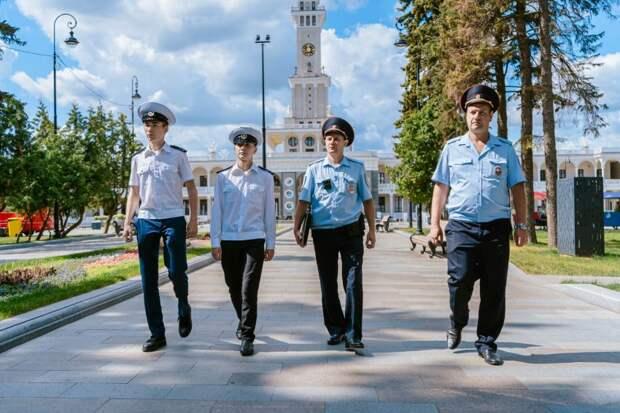 На Северном речном вокзале студенты Академии водного транспорта помогают транспортным полицейским