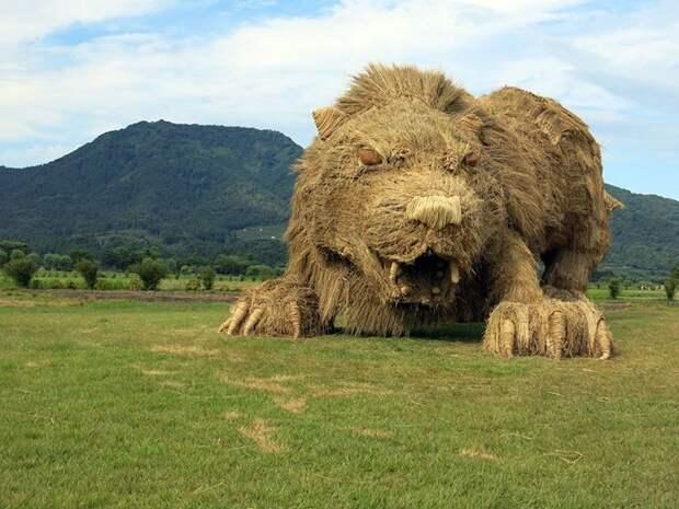 Фестиваль скульптур из рисовой соломы в Японии