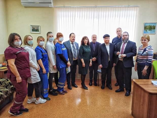 Еврейская община сделала подарки работникам нижегородской скорой помощи
