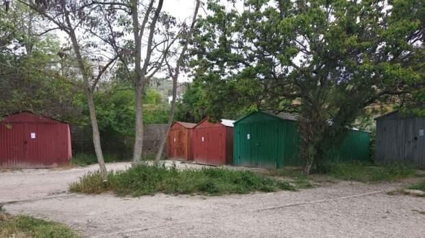 Вниманию аладельцев объектов (гаражей), расположенных по адресу: г. Феодосия, ул. Володарского, район  д. 35