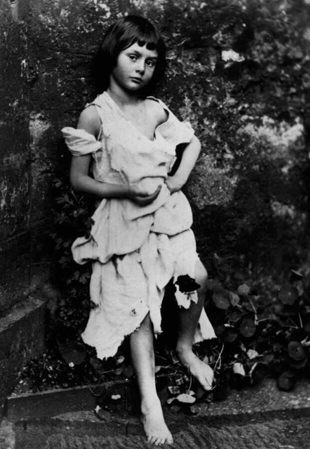 Алиса Лидделл в 7 лет, фото Льюиса Кэрролла, 1859 год. | Фото: fototelegraf.ru.