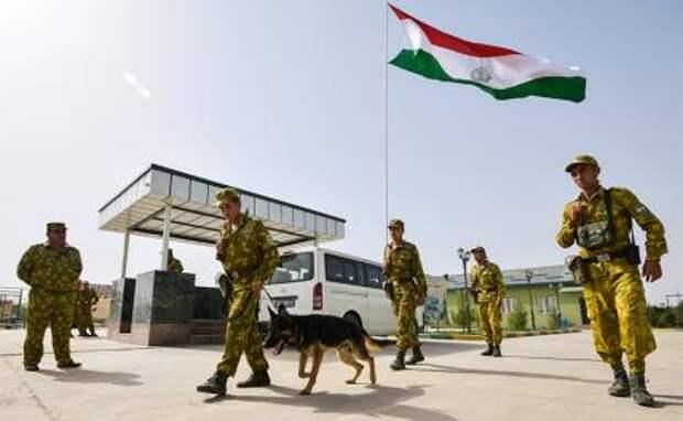 На фото: военнослужащие пограничного отряда перед патрулированием таджикской границы
