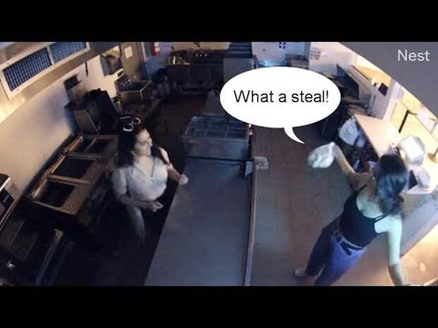 В Нью-Йорке две пьяные девушки пробрались ночью в кафе и украли пачку пельменей (видео)