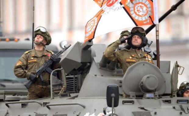 Сотрудник ДПС взял юного москвича на руки, чтобы показать военную технику