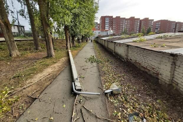 Жители Ижевска поделились фотографиями последствий ветра