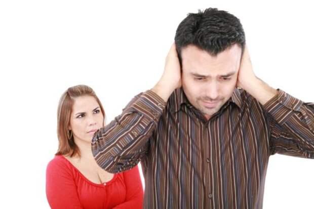 мужчина закрыл уши, чтобы не слышать женщину