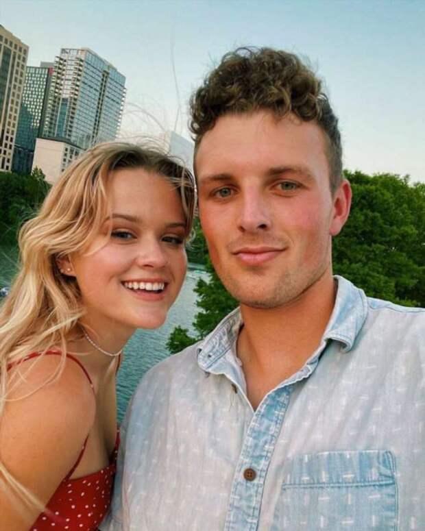 Дочь Риз Уизерспун выложила фото с бойфрендом, который очень похож на ее отца