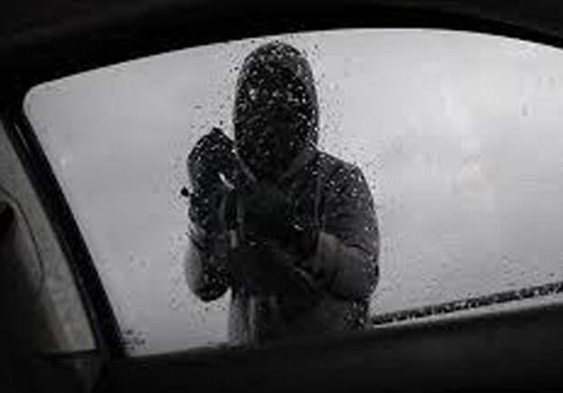 Севастополец разбил окно машины ради музыки, очков и зарядки для телефона