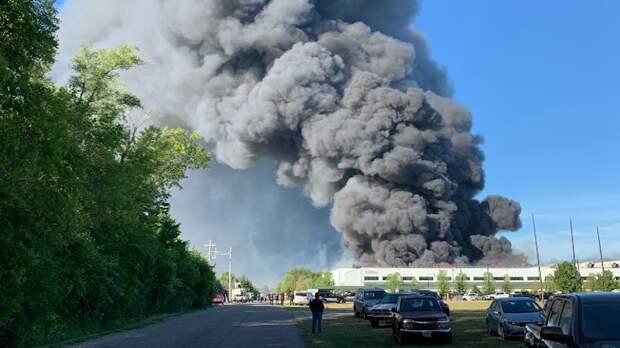 Пожар на химзаводе в Роктоне: Эвакуированные жители все еще не могут вернуться домой