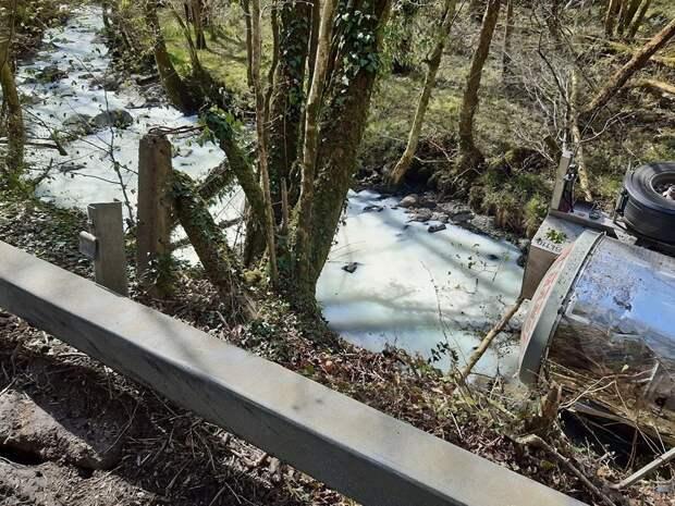 В Великобритании река стала «молочной» — туда пролилось 28 000 л жидкости