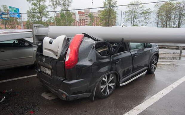 1900 машин пострадали во время урагана в Москве