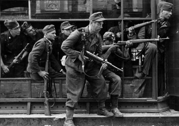 Штрафники Зондер-полка СС «Дирлевангер» во время подавления Варшавского восстания