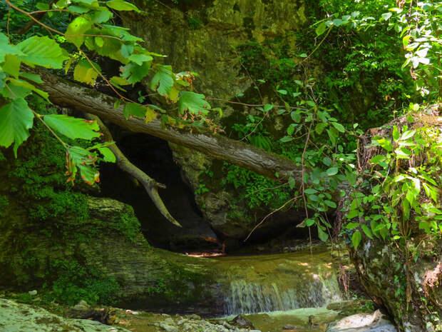 Июль. Водный порожек на входе в водопадный грот.