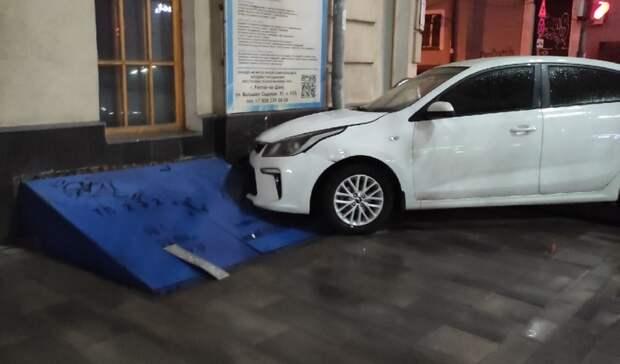 Здание университета протаранил автомобиль в Ростове