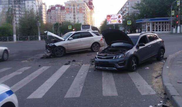 Наперекрёстке вцентре Волгограда разбились две иномарки