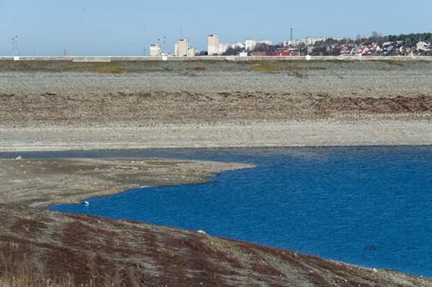 Дамба на Симферопольском водохранилище. Раньше вода доходила почти до края