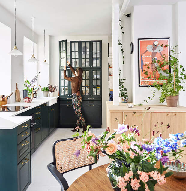 Жительница Копенгагена объединила две квартиры в одну и сделала кухню-столову...