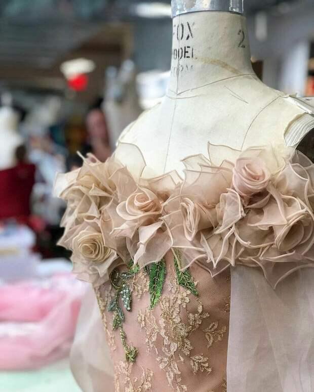 Цветы из ткани в работах дизайнеров и мастеров вышивки, фото № 26
