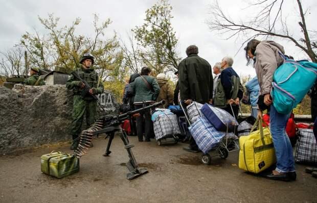Очередь к КПП в Станице Луганской