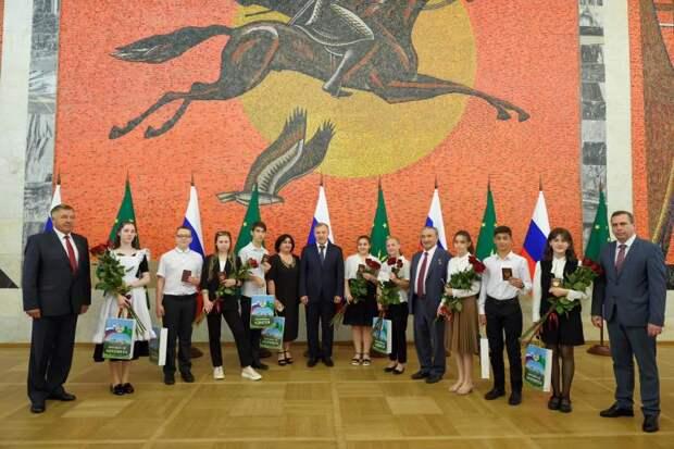 Десять лучших школьников Адыгеи получили паспорта из рук главы республики