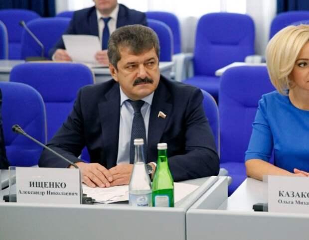 Борьба с памятью и обедневшие депутаты в главных новостях понедельника на Ставрополье