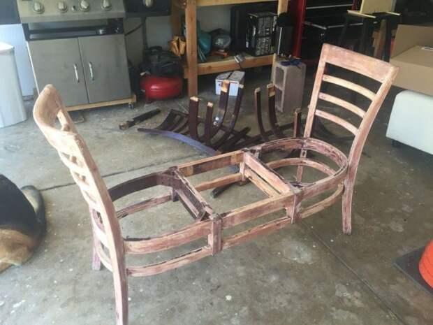 Соединив вместе несколько стульев, можно сделать удобную и комфортную лавочку. /Фото: i.pinimg.com