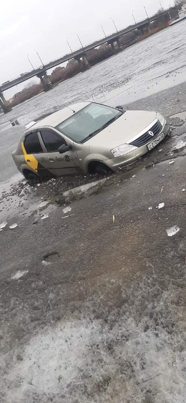 Астраханское такси припарковали на льду и едва не утопили