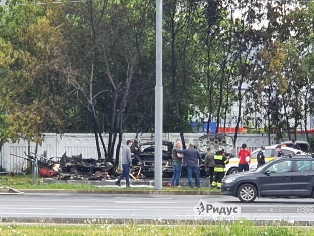 Видео: четыре автомобиля сгорели дотла на столичной парковке