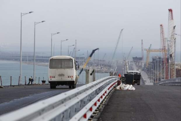 На мосту через Керченский пролив кладут последний метр асфальта