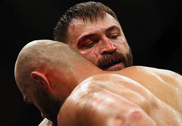 «Дрищ соспины ударил, амусор ксивой махал». Боец UFC Орловский рассказал, как ему сломали нос