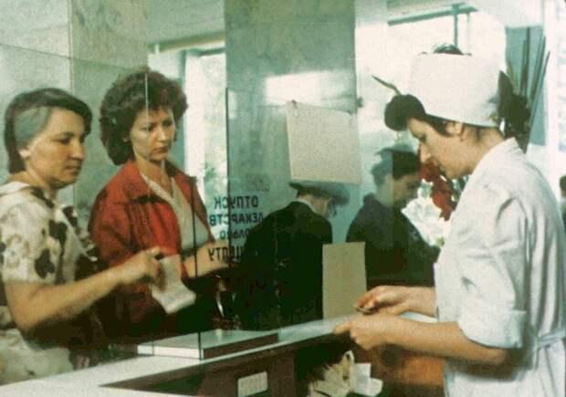 Больше всего неловких для покупки товаров продавали в советской аптеке