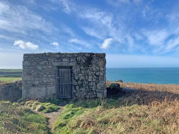 Туалет с видом на море выставили на торги в Великобритании