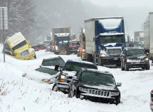 Авария 40 машин в жуткий снегопад случайно попала на видео камеры наблюдения