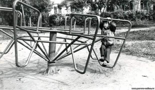 Эти вещи были в каждом советском дворе. Вспомнил и собрал вместе