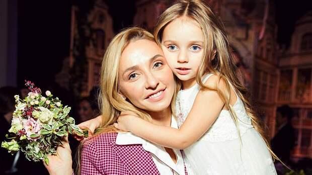Навка с 6-летней дочкой Надеждой нарядились на Хэллоуин в каноничных персонажей «Семейки Аддамс»: фото