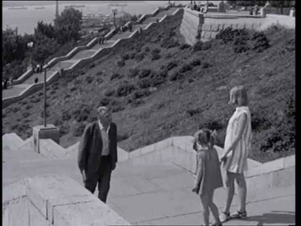 """Гранитная лестница, ведущая к берегу Волги. Кадр из фильма """"Переходный возраст""""."""